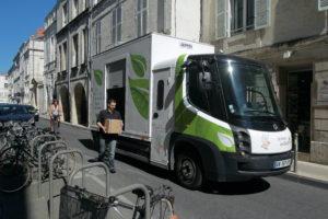 La Rochelle ELCIDIS : véhicule électrique en chargement et véhicule en livraison en centre ville.