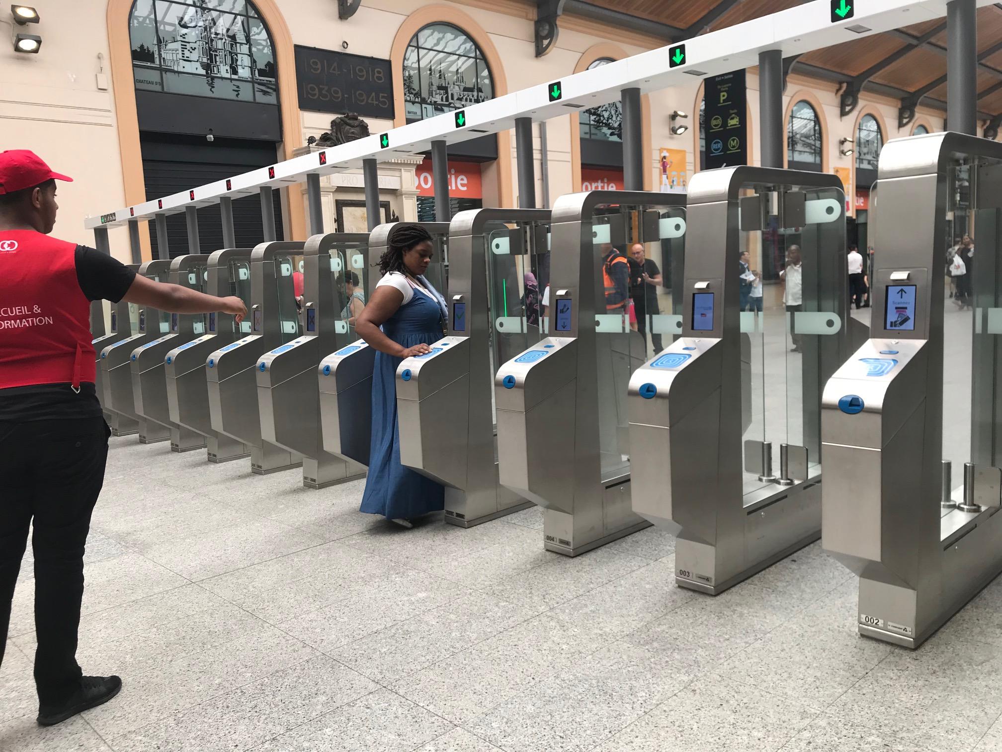 La Gare Saint Lazare Bouclee Par Des Portiques Antifraude Ville