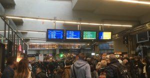 gare Montparnasse le 20 octobre 2019, des voyageurs attendent des informations du fait d'une grève surprise d'un technicentre à Chatillon